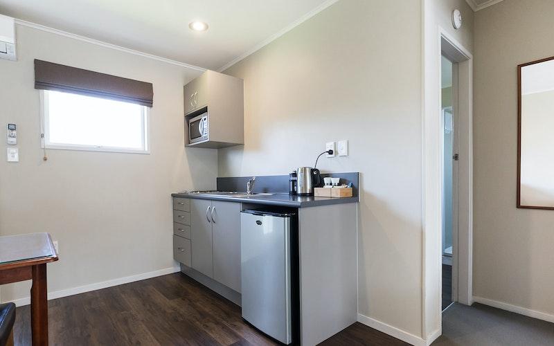Colonial Court Motor Inn Tauranga - one bedroom kitchen