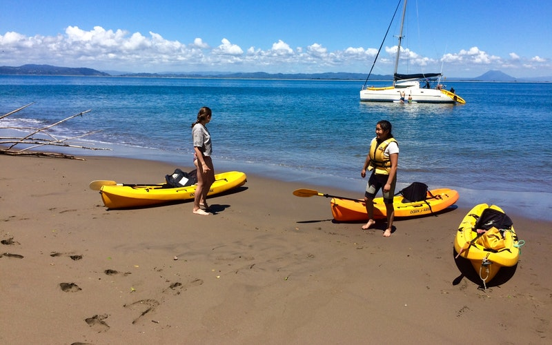 Toe warming time at the hot water beach on Moutohorā / Whale Island